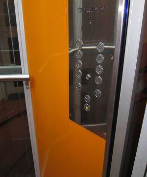 Ovládací-panel-s-tlačítkem-pro-podržení-otevřených-dveří-a-čipem-pro-omezení-vjezdu-do-sklepa