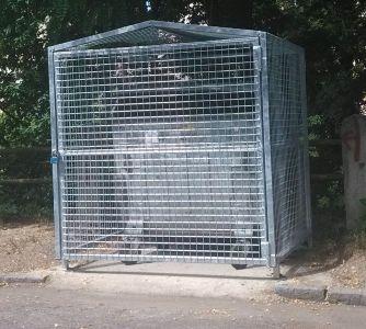 Přístřešek popelnice v ulici Na Rokytce